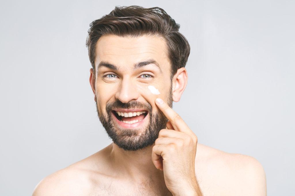 Hautpfelge - Mann cremt sein Gesicht ein.