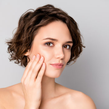 Hautpfelge - Frau pfelgt ihre Gesichtshaut